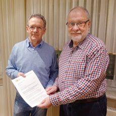 BI übergibt Antrag an Vorsitzenden der Gemeindevertretung